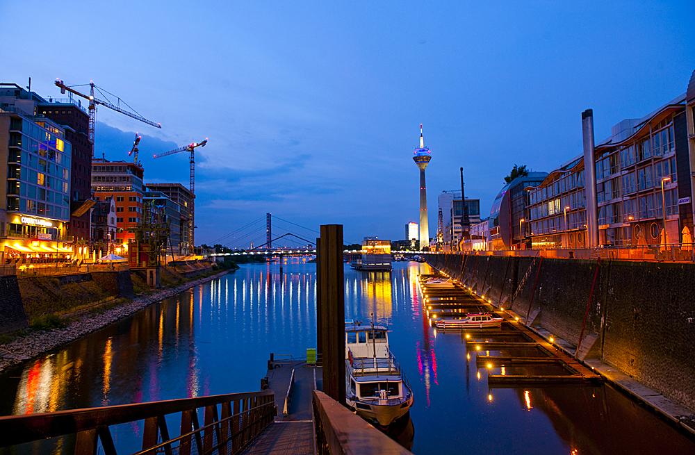 Moderne Architektur und Denkmalschutz - Düsseldorfs architektonisch und städtebaulich am stärksten beachtetes Gebiet liegt am Südwestrand der City, direkt am Rheinstrom.